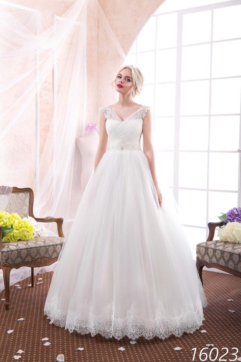 Свадебное платье «принцесса» с V-образным вырезом и романтичным кружевным декором.