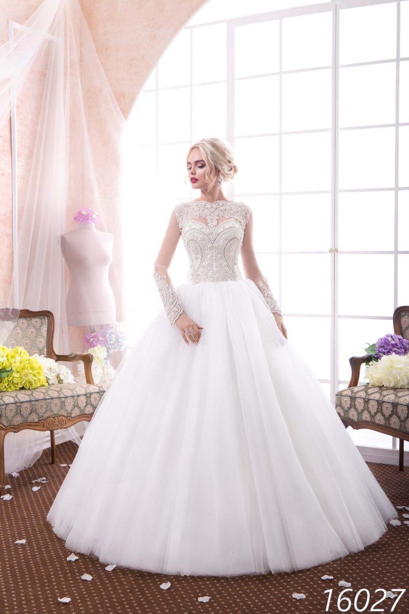 Пышное свадебное платье с роскошной вышивкой по корсету и тонкими длинными рукавами.