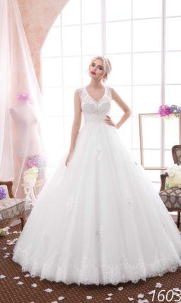 Торжественное свадебное платье с V-образным вырезом и многослойной юбкой с кружевным низом.