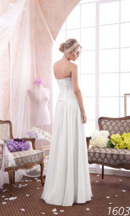Утонченное свадебное платье с юбкой прямого кроя и сдержанным открытым корсетом.