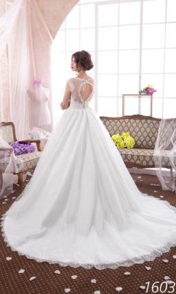 Очаровательное свадебное платье «принцесса» с округлым вырезом и кружевной отделкой.