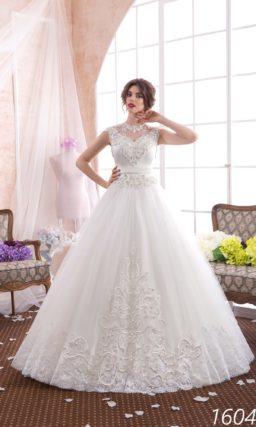 Пышное свадебное платье с потрясающим кружевным декором и лаконичным широким поясом.