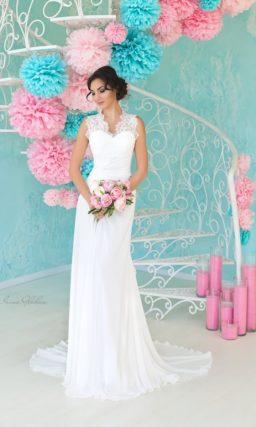Облегающее свадебное платье с торжественным шлейфом и кружевными бретельками.