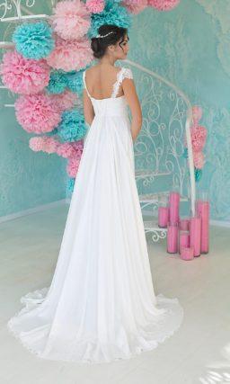 Свадебное платье с открытой спинкой и широкими кружевными бретельками на плечах.