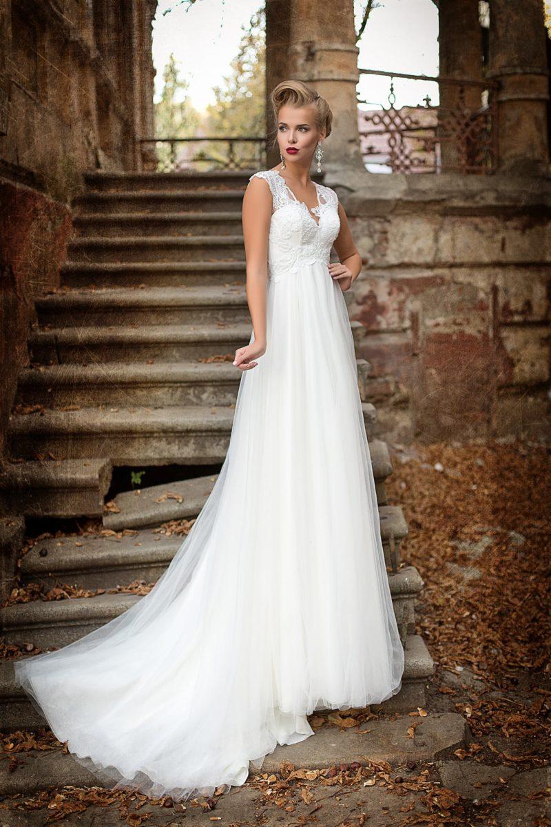 Свадебное платье в греческом стиле, с открытой спинкой и аппликациями по изящному лифу.