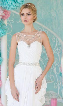 Свадебное платье с оборками по бокам подола и тонкой вставкой над лифом в форме сердца.