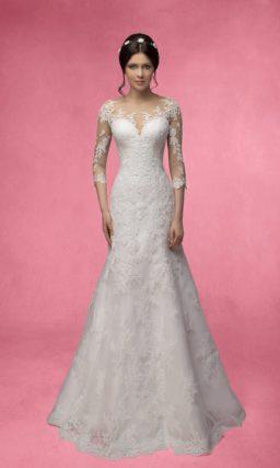 Кружевное свадебное платье, облегающее фигуру, с нежными прозрачными рукавами с аппликациями.