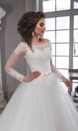 Пышное свадебное платье с чувственным портретным декольте и полупрозрачной спинкой.