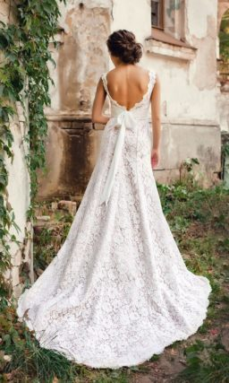 Свадебное платье «принцесса» с розовой подкладкой под белым кружевом и открытой спинкой.