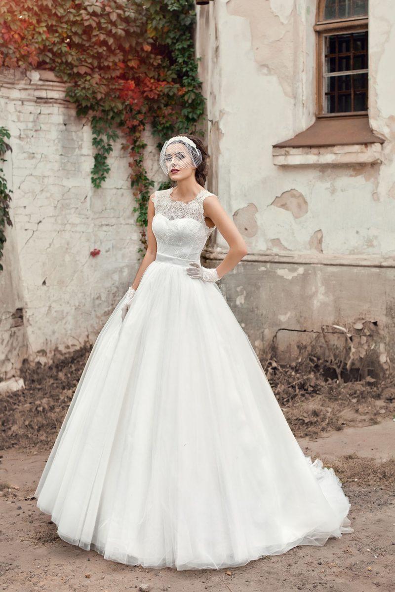 Пышное свадебное платье с открытой спинкой и широким поясом на талии.