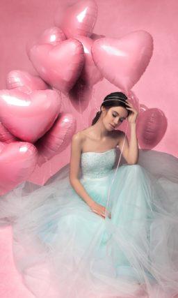 Пышное свадебное платье с открытым корсетом, полностью покрытым кружевом.