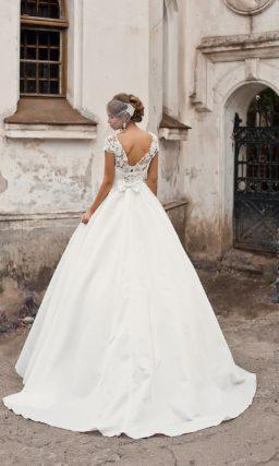 Свадебное платье с лаконичной пышной юбкой и широким поясом с вышивкой на талии.