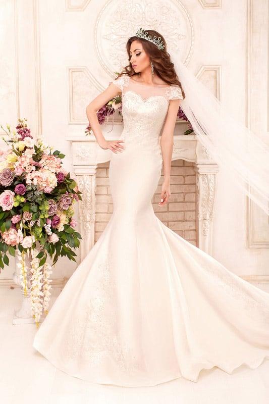 Атласное свадебное платье «русалка» с фактурной кружевной отделкой закрытого лифа.