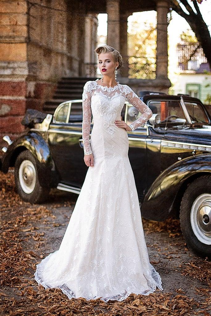 Свадебное платье «рыбка», оформленное полупрозрачной кружевной тканью, с длинным рукавом.