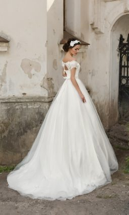Свадебное платье с роскошным силуэтом «принцесса», украшенным кружевной тканью.