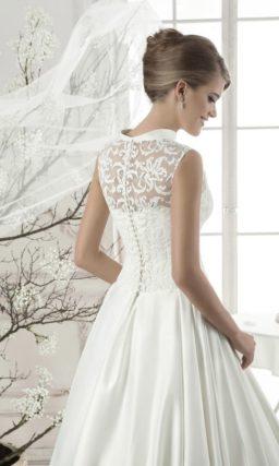 Атласное свадебное платье с юбкой «трапеция» и оригинальным округлым воротником.