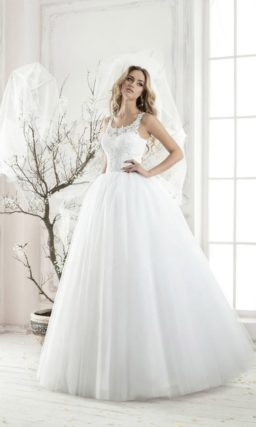 Свадебное платье с округлым кружевным декольте, открытой спинкой и пышным силуэтом.