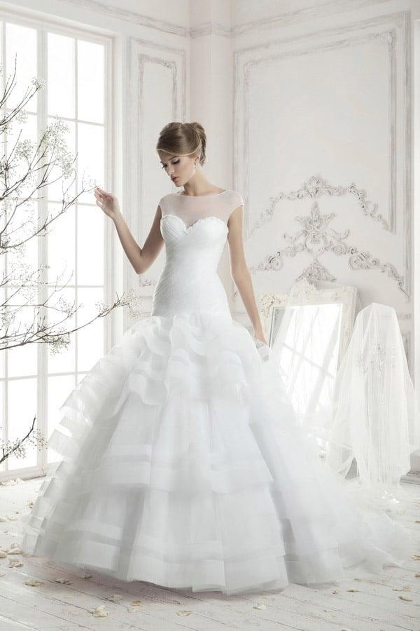 Стильное свадебное платье «принцесса» с заниженной линией талии и многоярусным подолом.