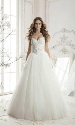 Романтичное свадебное платье с лаконичной объемной юбкой и корсетом с драпировками.