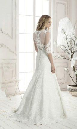 Закрытое свадебное платье «русалка» с полупрозрачной тканью над лифом и тонкими рукавами.