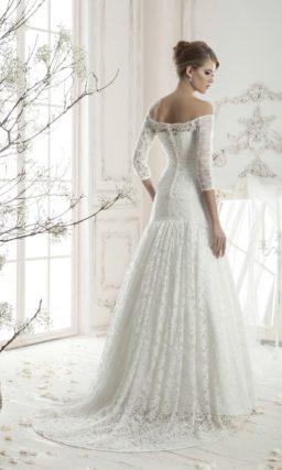 Свадебное платье «трапеция» с длинными кружевными рукавами и чувственным портретным вырезом.