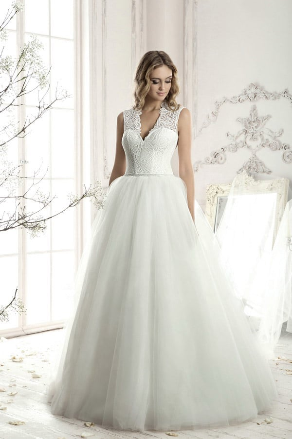 Изящное свадебное платье с небольшим V-образным декольте и многослойной юбкой.