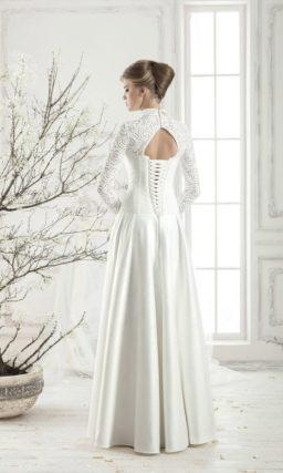 Атласное свадебное платье с изящным воротником, длинным рукавом и открытой спинкой.