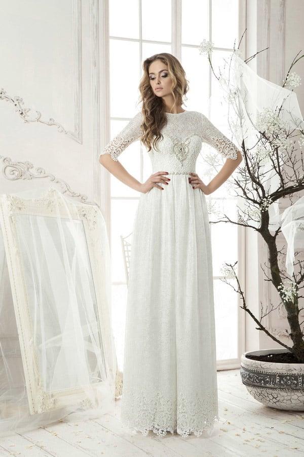 Закрытое свадебное платье прямого кроя, с элегантным кружевным верхом и рукавами до локтя.