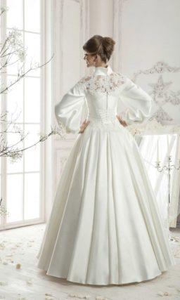 Незабываемое свадебное платье с высоким атласным воротником, широкими рукавами и пышным низом.