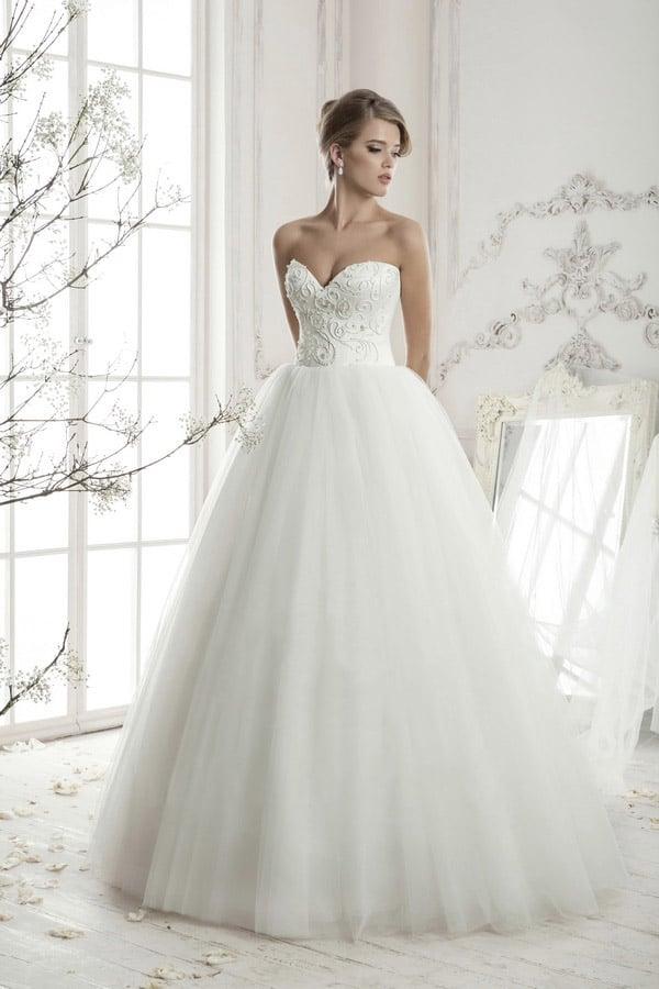 Пышное свадебное платье с открытым корсетом, полностью покрытым романтичной вышивкой.