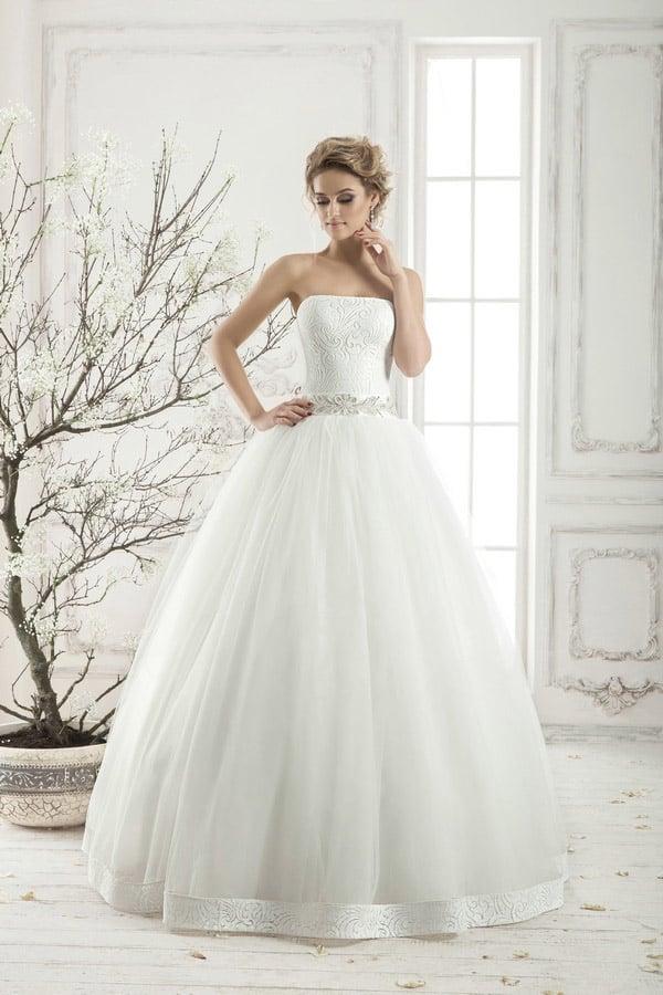 Элегантное свадебное платье пышного силуэта с декором по подолу и фактурным корсетом с прямым лифом.
