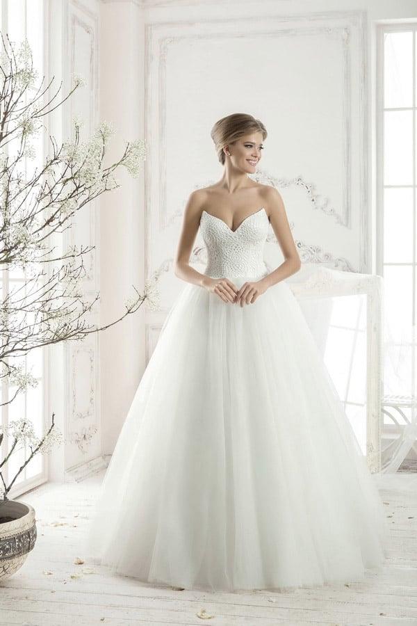 Необычное свадебное платье пышного кроя с открытым корсетом, создающим глубокое декольте.