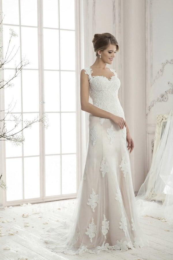 Прямое свадебное платье на пудровой подкладке, украшенное белыми кружевными аппликациями.
