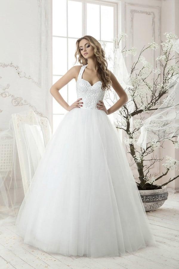 Пышное свадебное платье с оригинального кроя лифом и фактурным облегающим корсетом.