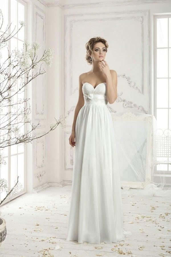 Ампирное свадебное платье с лифом-сердечком и кокетливым атласным поясом с бантом сбоку.