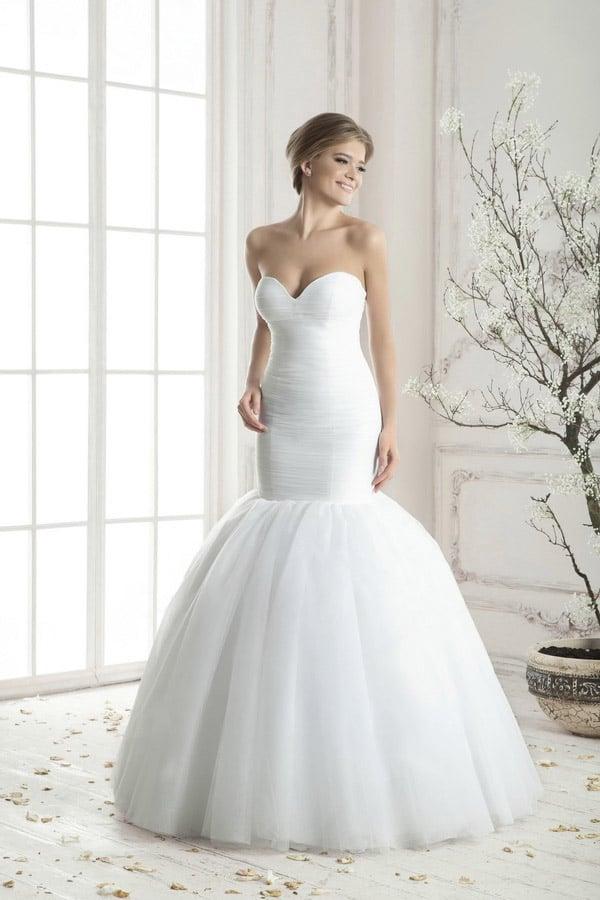 Облегающее свадебное платье с соблазнительным вырезом и пышной юбкой «русалка».