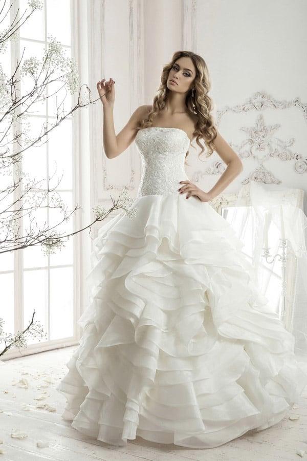 Кокетливое свадебное платье с открытым фактурным корсетом и многоярусной пышной юбкой.