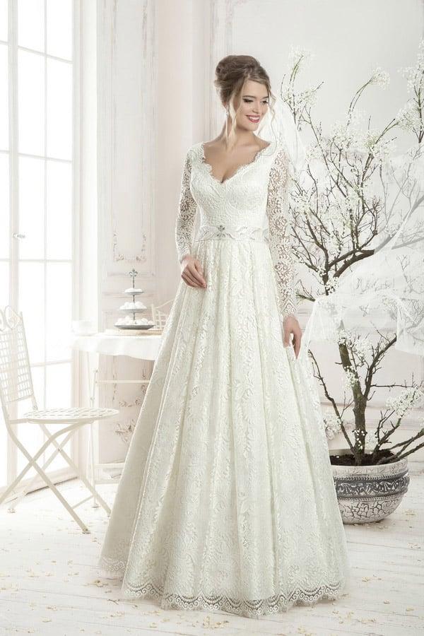 Свадебное платье с глубоким V-образным декольте и кружевной отделкой по всей длине.