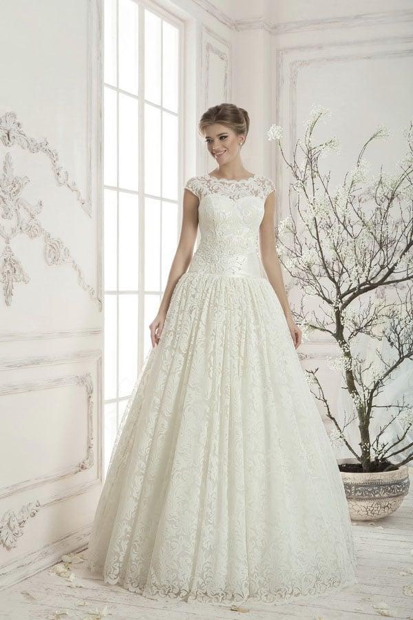 Изысканное свадебное платье с пышным низом и широким поясом из глянцевого атласа.
