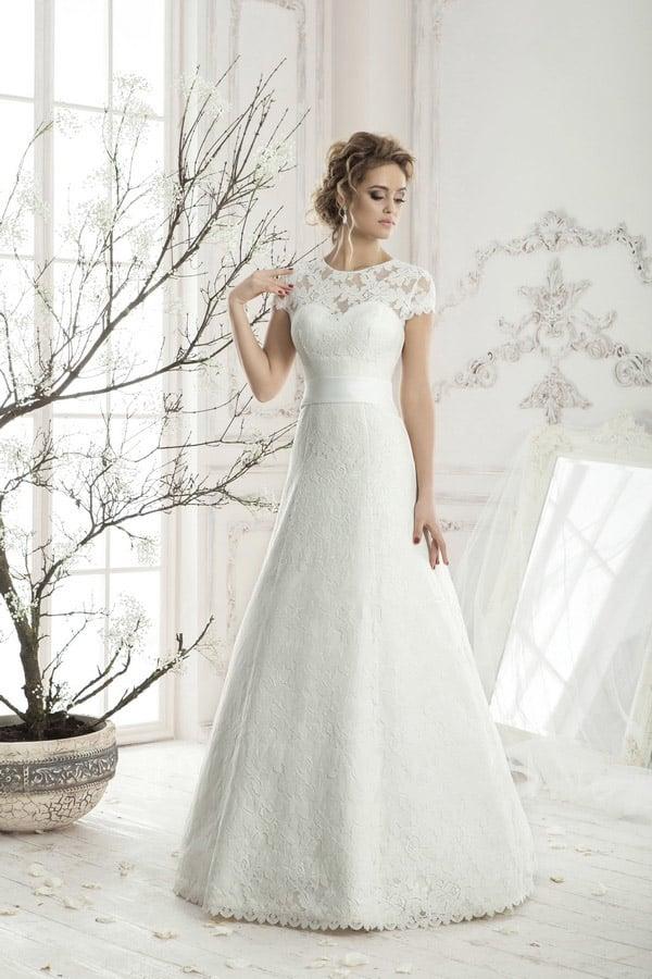 Свадебное платье в классическом стиле, с нежной кружевной отделкой и широким атласным поясом.