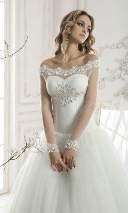 Торжественное свадебное платье пышного кроя с открытым лифом, покрытым прозрачной тканью.