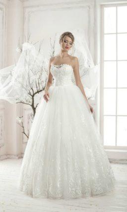 Кружевное свадебное платье с облегающим корсетом с лифом-сердечком и роскошной юбкой.