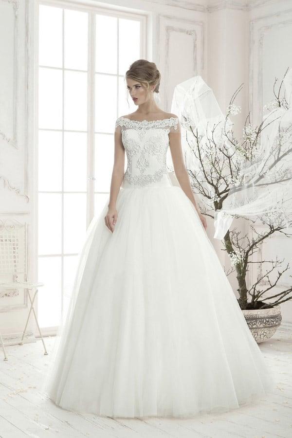 Пышное свадебное платье с шикарным атласным поясом и закрытым кружевным верхом.
