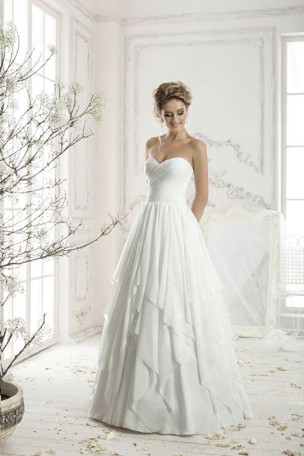 Открытое свадебное платье с драпировками на корсете и необычной многослойной юбкой.