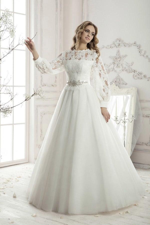 Закрытое свадебное платье с широкими рукавами.