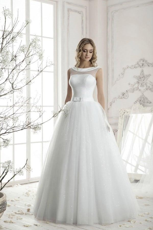 Утонченное свадебное платье с атласным воротником, прозрачной вставкой на лифе и пышной юбкой.