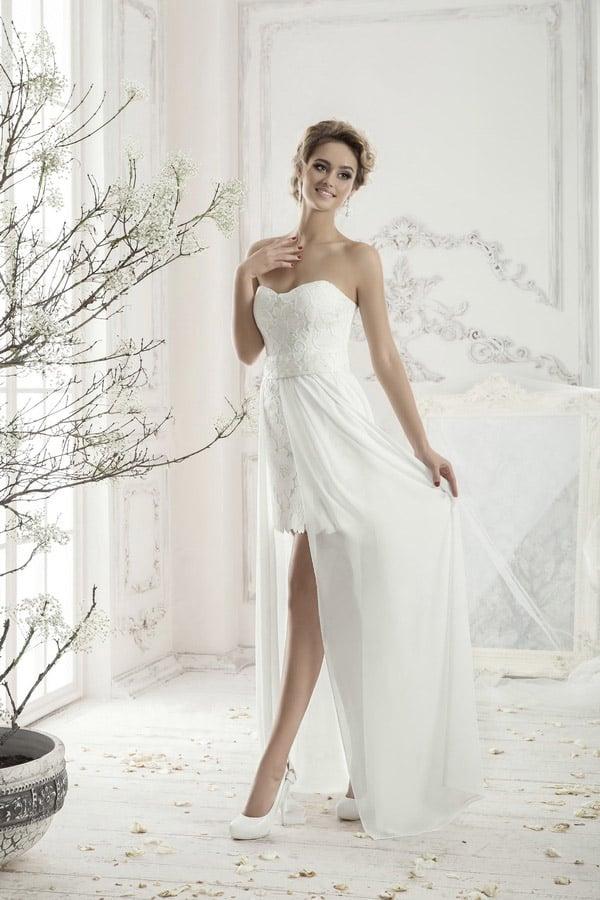 Кружевное свадебное платье-футляр длиной чуть выше колена, дополненное длинной прозрачной юбкой.