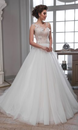 Торжественное свадебное платье с многослойным подолом и полупрозрачной спинкой.