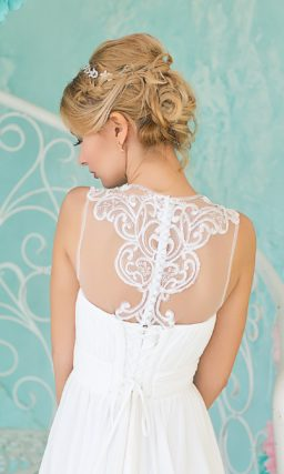 Закрытое свадебное платье ампирного кроя с полупрозрачным верхом, украшенным ажурными аппликациями.