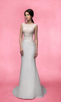 Прямое свадебное платье со шлейфом и бежевым корсетом, отделанным кружевом.
